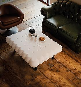"Table basse forme "" biscuit"" sur roulettes"